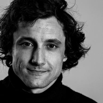 """Alexis Verdier - Comédien. Né à Chambray-les-Tours en 1985, Alexis se passionne depuis tout petit pour le théâtre et participe à toutes les pièces que lui propose sa scolarité en plus de faire parti d'une association théâtrale, la FLC. Après avoir obtenu son Baccalauréat ES, il rejoint l'école de théâtre. S'en suit une rencontre avec un jeune réalisateur Mickael Mahut, avec qui il tournera jusqu'à ce jour des moyens métrages (la saga """"FB city"""", """"el Pescado"""", """"Dick Panning"""", la serie des faux raccords""""..) Entre temps, Alexis, toujours plus soucieux de ses performances, intègre et suit les cours """"FLORENT"""" durant 3 ans. Il continue toujours ses courts ou moyens métrages dont """"EX-FOLIE"""" de Lydia Erbibou, ou encore les pubs de Morgan Christie (LOGITECH), qui remportent toujours de francs succès à Cannes. Il découvre plus récemment un nouveau plaisir: jouer dans des restaurants entre les tables. Des pièces comme """"Leonie est en avance"""", """"On va faire la cocotte"""" (G. FEYDAU) , """"Le Médecin Volant"""" (Molière), """"les Diablogs""""(R.Dubillard), """"L'heureux stratagème"""" (P.Marivaux), """"Le Dindon"""" (G. Feydau). Il co-écrit une pièce, """"Tout est sous contrôle"""" qui sera par la suite primé en tant qu'auteur puis nominé en tant que comédien (""""les P'tits Molières""""), jouera dans """"Un privé à Babylone"""" mis en scène par Hervé Falloux au festival d'Avignon 2013, puis une tournée avec cette même pièce. Il tournera pour la télévision ( scène de ménage, PBLV..) et pour des web series ( BEFORE...). Avec Les Vagabonds, Alexis joue le rôle de Paul, dans """"Faux et Usages de Fous"""", mis en scène par Kévin Poli."""